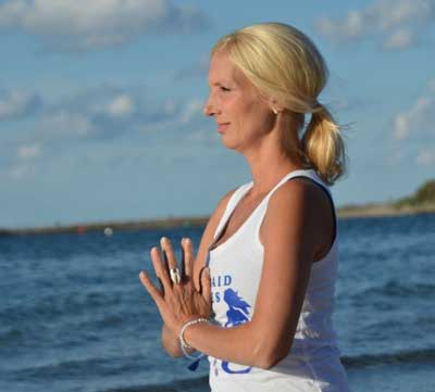 Alle Interessierten können Yogastunden an außergewöhnlichen Plätzen und zu ungewöhnlichen Zeiten rund um Timmendorfer Strand erleben. Foto: Constanze Hesse Neuhaus