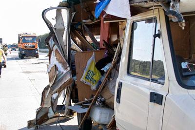 Das Wohnmobil rammte das Absperrfahrzeug. Fotos: VG