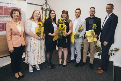 Margit Haupt-Koopmann und Markus Dusch gratulierten zum erfolgreichen Abschluss der Ausbildung. Foto: Agentur für Arbeit