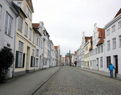 Museumsbegleiterin  Verena Holthaus macht mit Besuchern und ihren treuen Begleitern  einen informativen Spaziergang durch die Stadt.