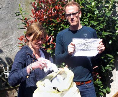Die Glücksfee Stella Burmester zog mit Patrick Rodewald, Spendenreferent des Vereins, die Gewinner. Fotos: Glücksfischer