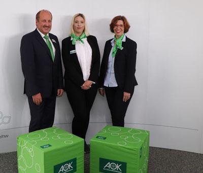 AOK-Serviceregionsleiter Reinhard Wunsch (links) und Ausbildungsleiterin Silke Klink (dritte von links). Archivfoto: AOK/hfr