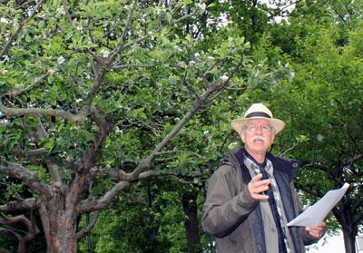 Heinz Egleder zeigt das Obstbiotop in den Travewiesen. Foto: RB/Archiv