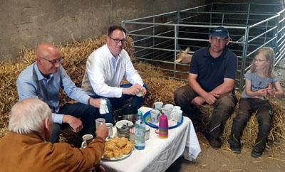Bürgermeister Jan Lindenau hat im Rahmen einer Sommertour bereits landwirtschaftliche Betriebe besucht. Archivfoto: Hansestadt Lübeck
