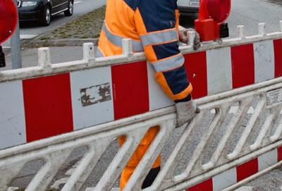 Eine Sperrung des Gehweges sowie in den entsprechenden Arbeitsbereichen eine halbseitige Straßensperrung sind erforderlich.