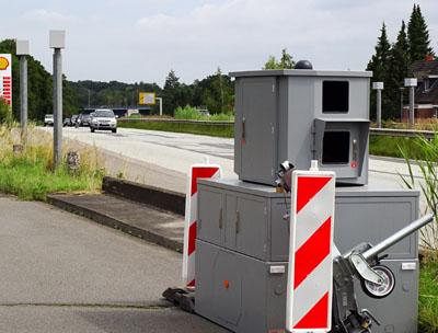 Direkt neben der stationären Anlage steht jetzt auch der Blitzer-Hänger. Fotos: Harald Denckmann