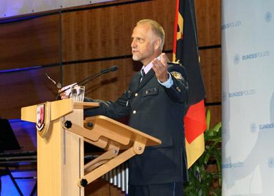 Der Präsident der Bundespolizeiakademie Alfons Aigner gratulierte den Absolventen. Fotos: JW