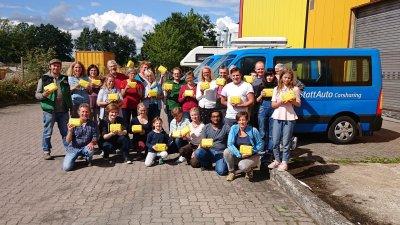 Ein Team von freiwilligen Helfern packte bei Grell Naturkost in Kaltenkirchen für die Lübecker Erstklässler die Brotboxen. Foto: Landwege e.V.