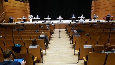 Ungewohnte Sitzung: Die Politiker saßen in einem Abstand vom mindestens zwei Meter. Fotos: Harald Denckmann