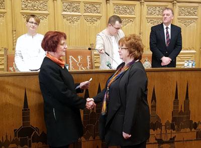 Stadtpräsidentin Gabriele Schopenhauer verpflichtete Sabine Haltern zur gewissenhaften Erfüllung ihrer Aufgabe. Foto: Harald Denckmann