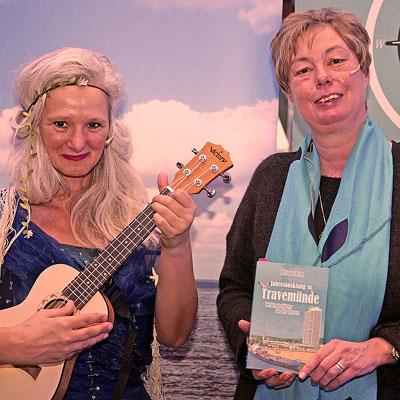 Frau Herr vom Meer und Brina Stein stellten das Buch vor. Fotos: Karl Erhard Vögele