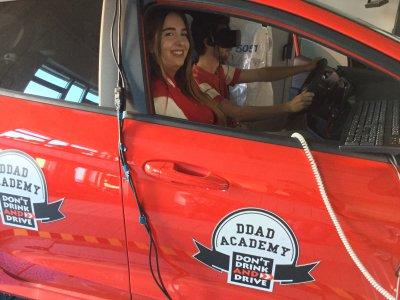 Laura (22), Instruktorin vom DDAD Team, mit Victor (20) im Fahrsimulator. Foto: DDAD