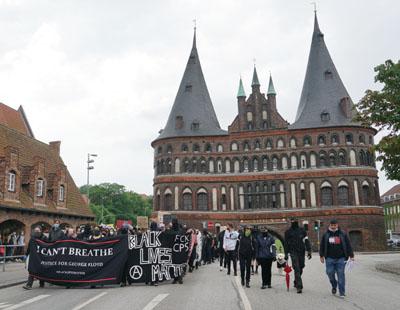 An der Demo gegen Rassismus beteiligten sich deutlich mehr Menschen als erwartet. Fotos: JW
