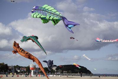 Ab Donnerstag gibt es in Travemünde wieder viele große und kleine Drachen zu bewundern. Fotos: Karl Erhard Vögele