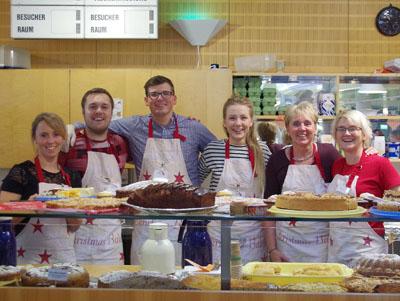Das DRV-Team der Cafeteria mit unserem riesigen Kuchen- und Tortenbuffet. Foto: Mathias Rühe