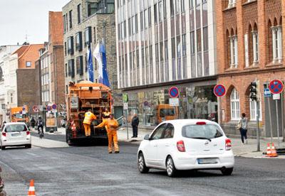 Sanieren ohne Sperrung: Die Stadt wird das Verfahren wie hier in der Beckergrube in Zukunft häufiger anwenden. Foto: JW