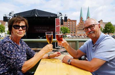 Gudrun und Arno Wreth haben am Sonntag das warme Wetter am Traveufer genossen. Fotos: JW