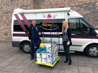 Die Leiterin der Museumsgastronomie Daniela Kramp übergab die Lebensmittel an den Vorsitzenden der Obdachlosenhilfe Christian Zeikowsky. Foto: EHM
