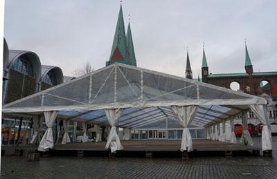 Das Zelt wurde bereits am Montag aufgebaut. Fotos: JW