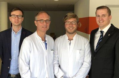 Dr. Christian Fatum (2.v.r.), mit Prof. Joachim Weil sowie dem Geschäftsführer der Kliniken Dr. Christian Frank und Florian Nolte, Kaufmännischer Direktor und Klinikmanager (rechts und links außen). Foto: Sana