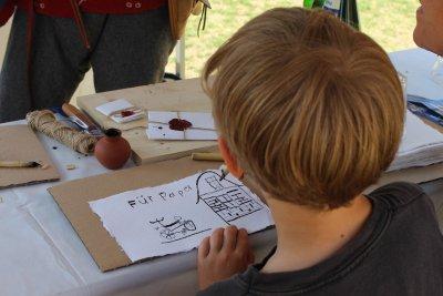 Kinder von acht bis 14 Jahren sind zur Ferienaktion 'Mit Feder und Tinte' eingeladen. Foto: Europäisches Hansemuseum