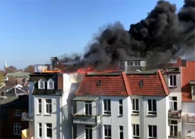 In der Lindenstraße brennt ein Dachstuhl. Foto: L. Juretzka, Video: Oliver Klink
