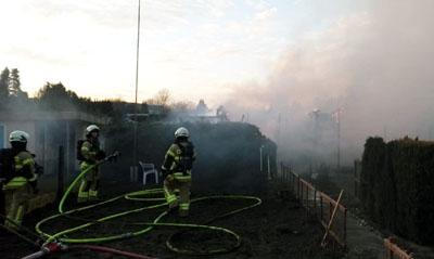 Im Rothenhausener Feld sind mindestens vier Gartenbuden ausgebrannt. Fotos: Stefan Strehlau