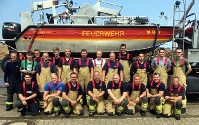 Am Samstagvormittag übte die Freiwillige Feuerwehr Schönböcken gemeinsam mit der  Lübecker Berufsfeuerwehr den Notfall bei einer Wasserrettung. Foto: Oliver Klink