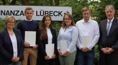 Ausbildungsleiterin Ute Klawitter-Mierau (v.l.), die neuen Auszubildenden und Stefan Risto, Vorsteher des Finanzamts. Foto: Finanzamt Lübeck