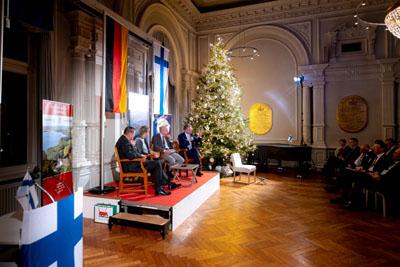 Dr. Robert Schweitzer, Marianne Sinemus-Ammermann, Benjamin Schweitzer und Konsul Bernd Jorkisch im Gespräch auf dem Podium. Foto: Konsulat