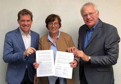Ulf Kämpfer, Sabine Sütterlin-Waack und Reinhard Sager unterzeichneten die Vereinbarung. Foto: MJEVG