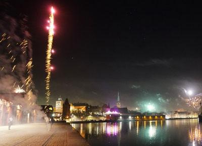 Die Lübecker begrüßten das neue Jahr mit einem bunten Feuerwerk. Fotos: JW (4), Oliver Klink (1)