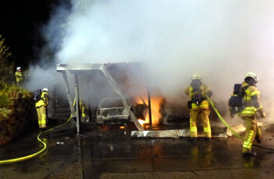 Die drei Autos standen beim Eintreffen der Feuerwehr bereits im Vollbrand. Fotos: Stefan Strehlau