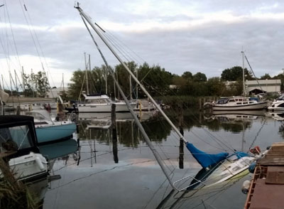 Aus dem Boot traten geringe Mengen Diesel aus. Fotos: Stefan Strehlau
