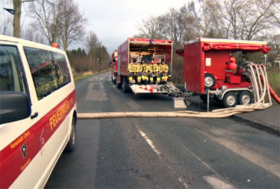 Kurze Pause: Auch am Freitag halfen die Lübecker Feuerwehrleute im lauenburgischen Kollow. Fotos: GV