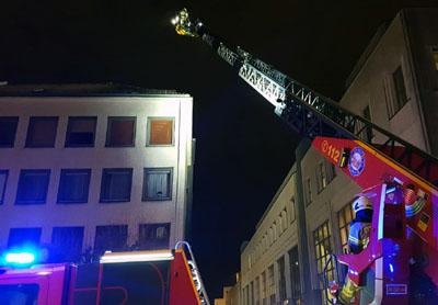 Die Feuerwehr suchte den Bereich auch mit einer Drehleiter ab. Fotos: Harald Denckmann