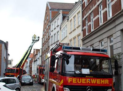 Die Feuerwehr konnte den Adventskranz löschen, bevor größerer Schaden entstand. Fotos: VG