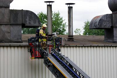 Die Feuerwehr bekam die Flammen schnell unter Kontrolle und kontrollierte die Abluftanlagen nach Glutnestern. Fotos: Oliver Klink