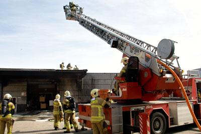 Die Feuerwehr konnte in letzter Sekunde verhindern, dass die Flammen auf die Halle übergreifen. Fotos: VG