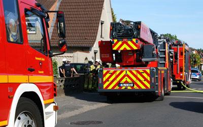 Die Feuerwehr kontrollierte die Brandstelle. Foto: Oliver Klink
