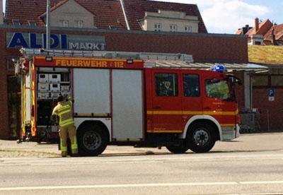 Erneut musste ein Discounter in der Kanalstraße nach einer Störung an der Kühlanlage evakuiert werden. Fotos: Marita Neumann