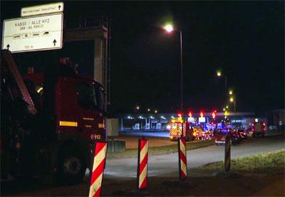 Die Feuerwehr übte am Samstagabend im Herrentunnel. Fotos: VG