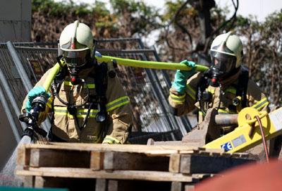 Die Feuerwehr verdünnte das Gemisch mit Wasser. Fotos: TA