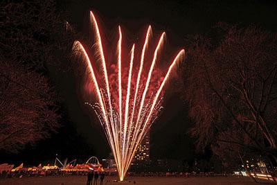 Erst mit Beginn des Feuerwerks wagten sich die Zuschauer in den kalten Wind. Fotos: Karl Erhard Vögele