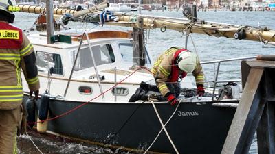Die Feuerwehr konnte das Boot sichern. Fotos: Travemünde Aktuell
