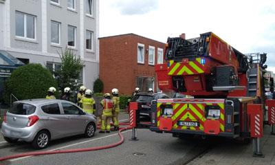 Bei dem Brand im Dachgeschoss eines Mehrfamilienhauses wurde ein Mann schwer verletzt. Fotos: Stefan Strehlau