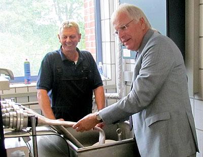 Jörg Schröder, stellvertretender Leiter der FTZ, und Landrat Reinhard Sager an der neuen Anlage. Foto: Kreis Ostholstein