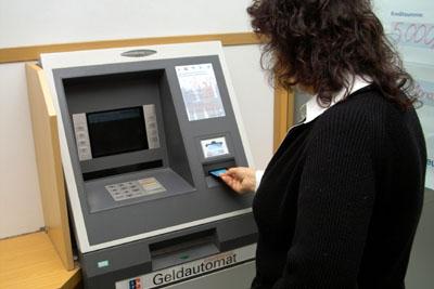 Die Verbraucherzentrale warnt davor, Bankkarte und PIN fremden Personen anzuvertrauen.