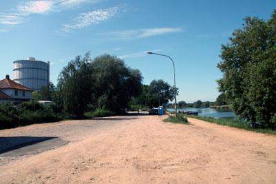 Am Geniner Ufer wird das Schulgebäude entstehen, dass vorher zwei Jahre lang auf der Hüxwiese für die Kalandschule genutzt wird.