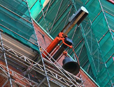 Am Montagmittag wurden die neuen Glocken in den Turm gezogen. Fotos: JW